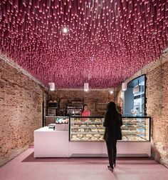 World Architecture Community News - Ideo Arquitectura hangs wooden pink sticks from the ceiling of Madrid's patisserie shop Restaurant Bar, Restaurant Design, Commercial Design, Commercial Interiors, Commercial Lighting, Boutique Patisserie, Small Cafe Design, Café Bar, Burger Bar
