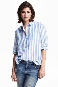 Camisa de algodão: Camisa de mangas compridas em tecido de algodão leve e com textura flammé. Tem um bolso no peito e base arredondada ligeiramente mais comprida atrás.