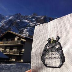 Totoro aux sports d'hiver. Brodé au bas des pistes de ski, au soleil / Totoro cross stitched under the Swiss sun