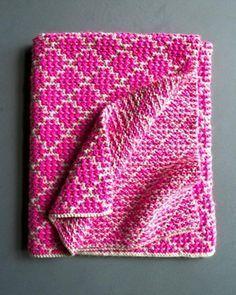 Dejligt lille tæppe i vævestrik. Her strikker man kun ret og tager masker løst af, så der kommer ingen lange tråde på bagsiden. Man bruger kun en farve ad gangen.