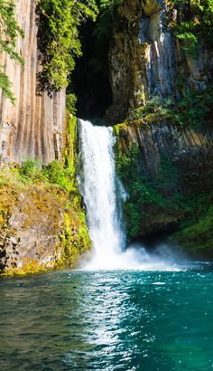 Oregon is home to more than 200 incredible waterfall hikes. After living in Oregon for a year, here is our list covering 10 of our favorite waterfall hikes in Oregon including the stunning Toketee Falls in Umpqua National Forest. Oregon Road Trip, Oregon Travel, Oregon Map, Oregon Ducks, Usa Travel, Travel Tips, Places To Travel, Places To See, Reisen In Die Usa