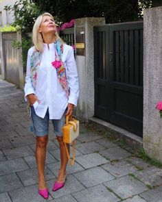 Hot pants for women over 50 - Fashion&Styling by Bibi Horst - Summer Outfits Over 50 Womens Fashion, Fashion Over 40, 50 Fashion, Look Fashion, Plus Size Fashion, Fashion Outfits, Fashion Trends, Fashion Women, Fashion Clothes