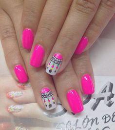 Uñas de color fucsia y con dibujo de atrapasueños muy lindo