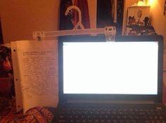 ノートPCで作業中にメモを見たいときは、ズボン用のクリップが付いたハンガーを使おう。