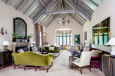 Markham Roberts eclectic style in Nashville home . Home Living Room, Living Spaces, Green Velvet Sofa, English Interior, Beautiful Architecture, Eclectic Style, Interior Design Inspiration, Colorful Interiors, Interior Decorating