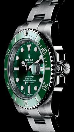 The green Cerachrom bezel of this Rolex Submariner is made from extremely hard ceramic, making it virtually corrosion and scratch proof. The colour remains unaffected by the ultraviolet rays of the sun.