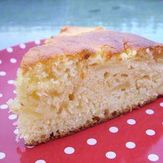 Gâteau express aux pommes - 4 UPP - 8 parts :  3 pommes - 2 yaourts natures à 0% de 125gr - 220 gr de farine - 80 gr de fructose - 1 sachet de levure - 1 sachet de sucre vanillé- 2 oeufs