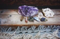 ) then a sparkly crystal bath. There are crystals that work with all energies, if you want a lift or need to relax.there is a crystal bath for that. To add some crystal Crystal Magic, Crystal Healing, Crystals And Gemstones, Stones And Crystals, Gem Stones, Feng Shui, Deco Zen, Free People Blog, Rocks And Gems