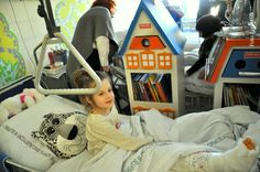 """Oddział Bajka-Wędrująca Szpitalna Biblioteka, mobilna biblioteka wyposażona w 100 książek i """"magiczne"""" gadżety poukrywane w szufladkach. Narzędzie do pracy z problemami dzieci przebywających w szpitalach za pomocą zajęć i warsztatów opartych na specjalnie wybranych książkach,"""