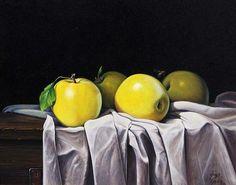 Manzanas amarillas y una Abeja