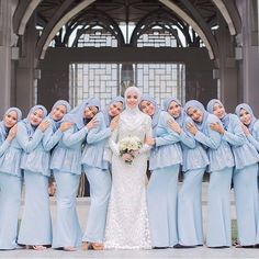 15 ideas for party fashion photoshoot beautiful Bridesmaid Poses, Bridesmaid Dress Colors, Foto Wedding, Dream Wedding, Bride Dress Simple, Hijab Bride, Wedding Photography Poses, Party Fashion, Traditional Wedding