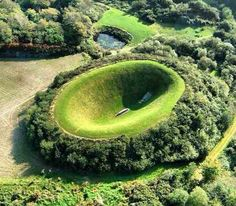 Irish sky garden - The way this man-made crater is shaped gives you the feeling you are floating in the sky. Paired with complete silence, your mind will wander off entirely. Want to discover more hidden gems in Europe? All of them can be found on www.broscene.com