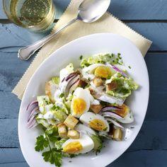 Eiersalat mit Hähnchenfilet und Croûtons Rezept   LECKER