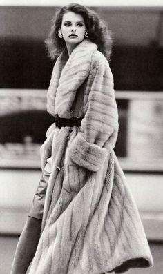 Linda Evangelista- Being well Dressed is a Beautiful form of Confidence, Happiness & Politeness- ♔LadyLuxury♔ Fur Fashion, Look Fashion, Fashion Models, Fashion Outfits, Womens Fashion, 1987 Fashion, Fashion Glamour, High Fashion, Moda Vintage