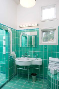 See all our stylish art deco bathrooms design ideas. Art Deco inspired black and white design. Casa Art Deco, Art Deco Tiles, Art Deco Bathroom, Art Deco Home, Home Art, Bathroom Green, Design Bathroom, Turquoise Bathroom, Bathroom Colors