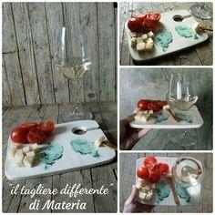 """""""il tagliere differente"""" un piatto da aperitivo con portabicchiere,  decorato con stampa fatta a mano con ossido di rame dei carciofi della Val di Cornia....l'ora non è  propriamente da aperitivo ma quella per una sana colazione contadina!!!! :) #materia_ceramica #carciofopride2016 #seiventurinesese #valdicornia #wine #carciofi #ceramicforhome #fattoamanoconamore #thankgoditscraftday #happyhour #aperitivando #donnargilla #artigianatoscano #winebar #foodandwine #brunch"""