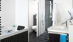 Pure Line #badkamer: in de riante inloopdouche met twee grote douchekoppen geniet u in deze designbadkamer van het rijke douchen.