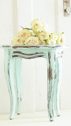 Want to know how to shabby chic furniture? If your looking for ways to start decorating your home shabby chic, I have some ideas for you to choose from. Refurbished Furniture, Paint Furniture, Repurposed Furniture, Furniture Projects, Furniture Makeover, Vintage Furniture, Diy Projects, Rustic Furniture, Furniture Online