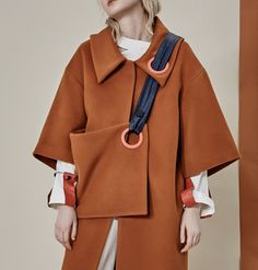 A cool coat with attached crossbody bag, dark camel color coat with dettachable bag Fashion Mode, High Fashion, Fashion Show, Fashion Looks, Fashion Outfits, Womens Fashion, Fashion Trends, Geometric Fashion, Cool Coats