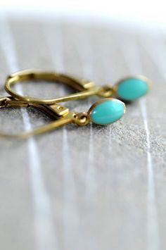Boucles d'oreille / dormeuses - gouttes en laiton émaillé turquoise. DELPHINE est l'un de nos modèles les plus simples. Vous aimerez ce basique ...
