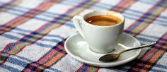 ¿El color de la taza cambia el sabor del café?