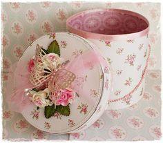 Deze keer een hoeden doosje. die stond al heel lang op mijn to do lijstje. Hij is voor de challenge van the shabby tearoom . Op de inspira...