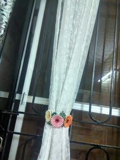 Curtain holder with quilled flowers