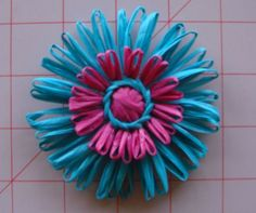 how to make straw flowers using a vintage flower loom #diy #flowers