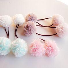 毛糸で作ったポンポン、見たことありますよね??♪秋冬にぴったりなポンポンヘアゴムのDIYをご紹介♪材料はすべて100均の材料でOK!★
