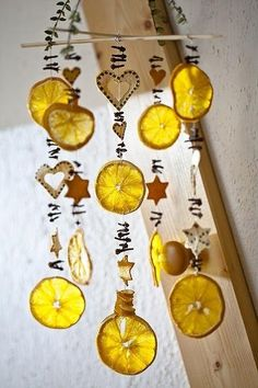 Dried oranges - Moa Hansson Sušené pomeranče Christmas DIY with dried plants – Aude'DOur DIY ideas in photos with a Christmas wreath! Get…Decorate a Christmas orange with cloves –… Natal Natural, Navidad Natural, Natural Christmas, Noel Christmas, Christmas Ornaments, Christmas Fashion, Christmas Images, Outdoor Christmas, Fall Crafts