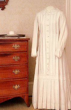 Copy of Emily Dickinson's white dress, at the Dickinson Homestead, Amherst, Massachusetts, United States. Emily Dickinson, Sherlock, Female Poets, Creative Writing Ideas, Writers And Poets, American Poets, Classic Chic, White Dress, Dressing
