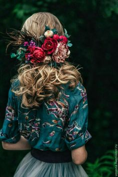 Accessories winter Love her floral shirt and floral hair accessories. Such gorgeous colors in this . Love her floral shirt and floral hair accessories. Such gorgeous colors in this photo. Floral Hair, Green Floral Dress, Green Blouse, Feathered Hairstyles, Mode Inspiration, Woman Inspiration, Design Inspiration, Flowers In Hair, Hair Styles Flowers