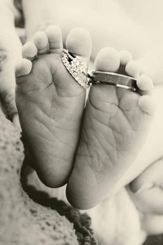 Newborn photography | New baby close up | Photo idea | Photography | Mom and dad's wedding rings