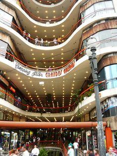 Projetada por Alfredo Mathias, a Galeria do Rock no Centro de São Paulo completa este ano 50 anos. Com formato ondulado, inspirado no edifício Copan, o prédio é um dos polos culturais mais importantes da cidade.
