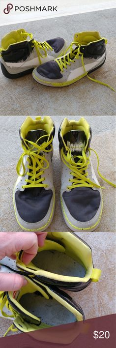 Men's Puma sneakers size 10.5 *Puma Street Mid Grafic *Men's US Size 10.5  *Round Toe Leather Sneakers *model# 30457301 * used, outside in decent condition. Some stains on inside. No insoles. *soles show no signs of wear * still very useable, just throw some insoles in and you're good to go  Real leather, Puma sport lifestyle, casual sneakers, cool kicks, make a great Xmas gift, make an offer Puma Shoes Sneakers
