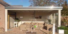 -12- Landelijke klassieke houten veranda terrasoverkapping bouwen aan huis met plat dak en lichtkoepel van lariks douglas of eikenhout. bouwpakket zelfbouw.