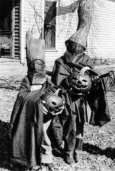 vintage Halloween snapshot- creepy, very creepy! Vintage Halloween Photos, Creepy Costumes, Creepy Halloween Costumes, Retro Halloween, Halloween Pictures, Holidays Halloween, Vintage Photos, Vintage Photographs, Haunted Halloween
