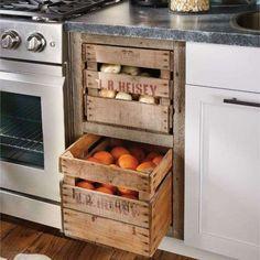 Des caisses en bois en guise de tiroirs de cuisine