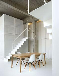 studio adn,Bruxelles. Béton brut, murs blancs, escaliers en acier plié et tours métalliques, voilà les éléments forts de ce loft.