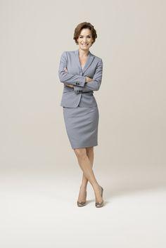 Immer elegant, sehr feminin und absolut businesstauglich: Das #DOLZER Businesskostüm. Im blaugrauen Mustermix bringt es Abwechslung und eine Extraportion Schwung in Ihren Kleiderschrank. Wählen Sie als Kontrast zum auffälligen Muster einen geraden, strengen Schnitt und unifarbene Blusen oder Tops.