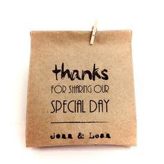"""Eu escrevo de um lado em portugues, e o Gavin escreve do outro em inglês. """"Obrigado por fazer parte do nosso dia especial""""  """"Thanks for sharing our special day.""""    Minha vó assina no canto da bolsa, designed by: Nely  Escrito em azul!"""