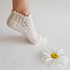 Short Summer Socks in Lace Daisy, Boomerang Heel, Rib – socker sticken Sweater Knitting Patterns, Knitting Socks, Baby Knitting, Crochet Patterns, Loom Knitting, Free Knitting, Stitch Patterns, Lace Socks, Crochet Slippers