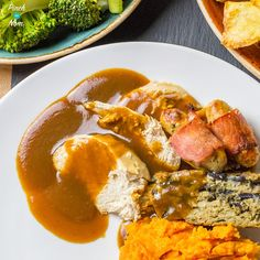Syn free gravy is just the best thing to put all over any roast dinner sausages & mash or anything you so desire! This is our recipe for Syn free gravy but if you prefer to make it with meat juices see our other Syn Free Gravy recipe. For the full lis Slimming World Gravy, Slimming World Dinners, Slimming World Recipes Syn Free, Slimming World Diet, Slimming Eats, Syn Free Gravy, Sage And Onion Stuffing, Syn Free Food, Sausage And Mash