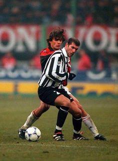 Zinedine Zidane and Paolo Maldini leyendas Football Hair, Football Icon, Best Football Players, Football Is Life, Retro Football, World Football, Football Kits, Sport Football, Soccer Players