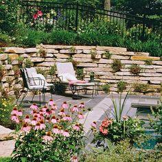 integrierte sitzbank auf holzverkleideter terrasse | garten, Hause und Garten