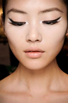different style of applying liner. reminds me of a swan.
