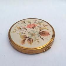 antique compact mirror - Google Search Compact Mirror, Spoon Rest, Lockets, Antiques, Tableware, Mirrors, Cute, Addiction, Purses