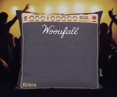 Saca tu guitarra eléctrica y dale caña a tu sofá con el cojín amplificador. Este cojín a juego con el puf amplificadorimita los míticos amplificadores Marshall. Sube el volumen al 11 y !rockanrollear!