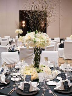 Mandarine Oriental Tokyo マンダリン オリエンタル 東京 オールホワイトのsoubana。会場レイアウトに合わせてテーブルごとに高さを変えつつ、ボリュームは均一に。海外のウェディング雑誌で見て憧れていたイメージを「スタイル オブ グローブ」の恒石さんが再現してくれました。 Blue Wedding Decorations, Wedding Colors, Table Decorations, Gold Wedding, Wedding Table, Wedding Ceremony, Wedding Bouquets, Wedding Flowers, Blue Wedding Invitations