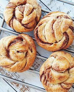 No-bake Snickerskake med cornflakes Garlic Naan, Baguette, Muffin, Yummy Food, Eat, Breakfast, Desserts, Recipes, Food Food
